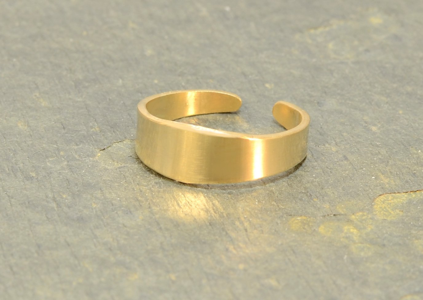 14 K yellow gold tapered toe ring