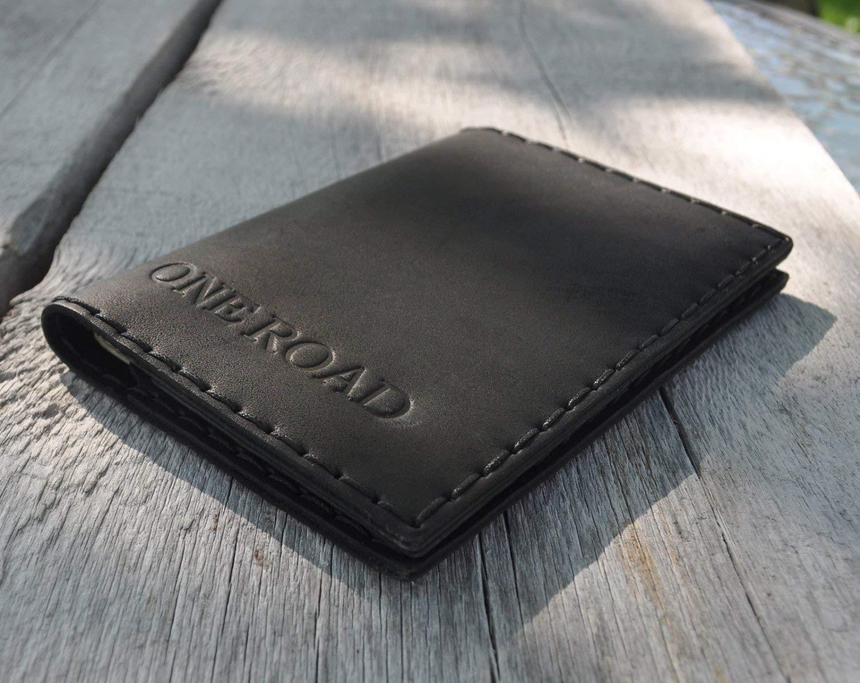 Nero porta-passaporto personalizzato di pelle, documenti di viaggio con tasche per carte e soldi, monogramma del tuo nome