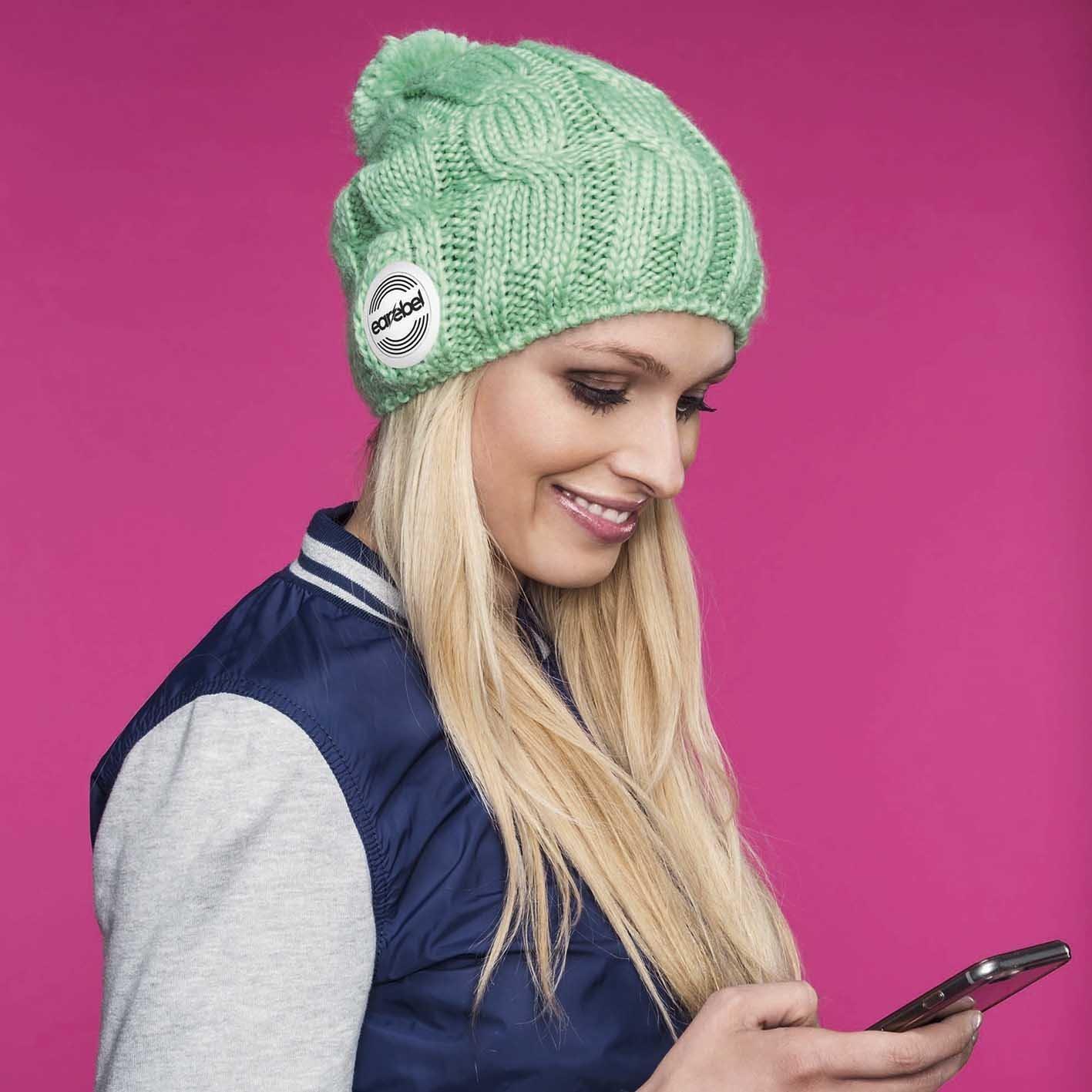 earebel Bluetooth Strickmütze Beanie Lifestyle Trenza Jufrako mit Kopfhörer grün