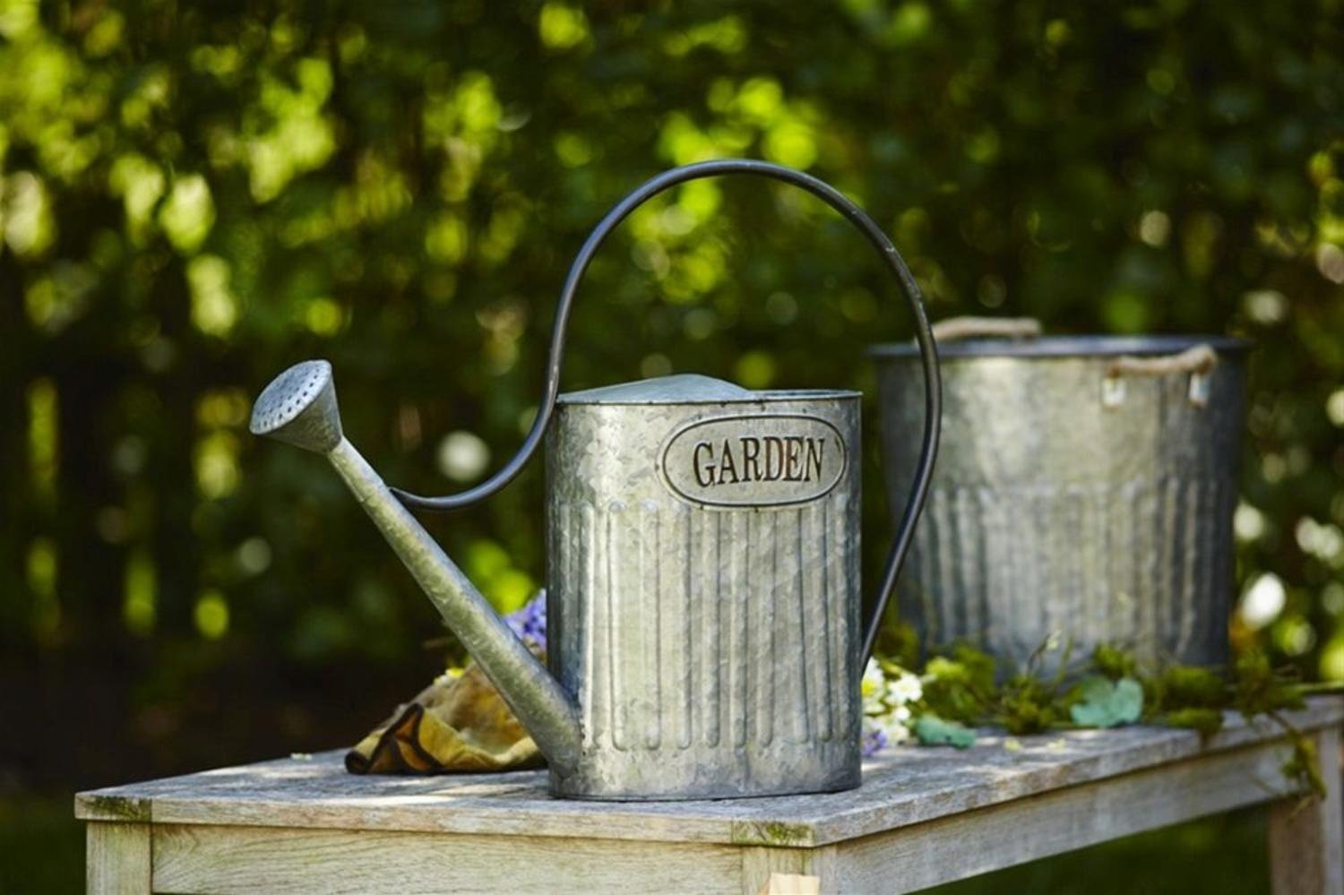 """Set of 2 Exciting Traditional Old Fashioned """"Welcome"""" Tin Watering Cans 20.5"""""""