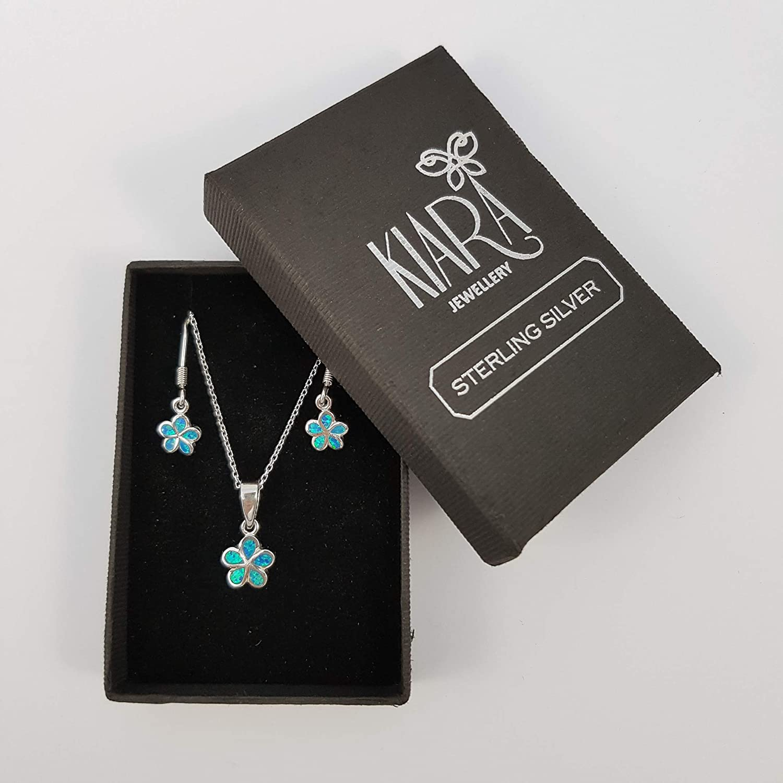 Kiara Jewellery Pendentif en forme de petite marguerite en argent sterling 925 plaqu/é rhodium avec opale bleue sur cha/îne de 45,7 cm et boucles doreilles hypoallerg/éniques assorties.