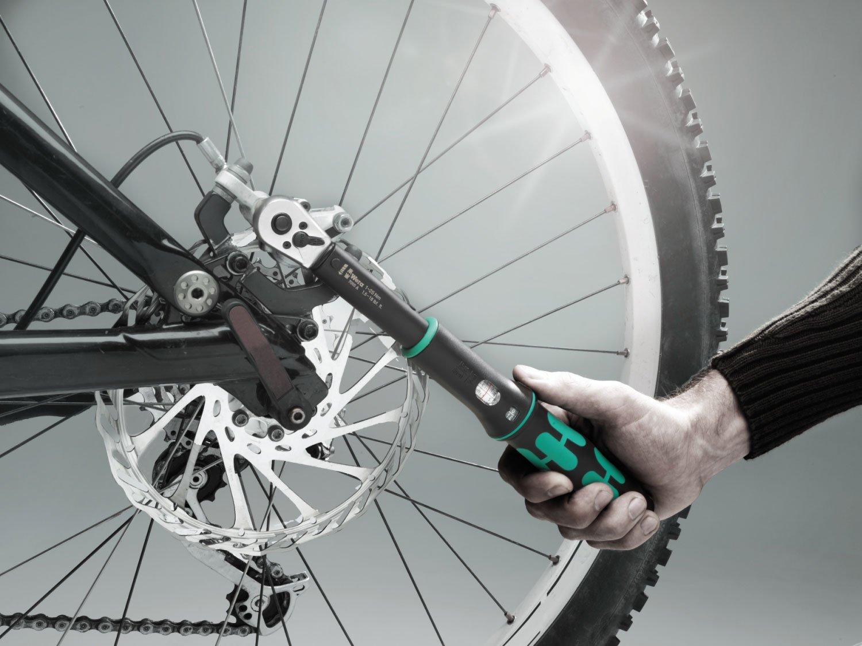 Anziehen einer Schraube, mit dem Wera Fahrrad Drehmomentschlüssel Serie 7000