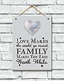 Placa de madera con frase inspiracional sobre la familia en inglés y un corazón estilo Shabby Chic.