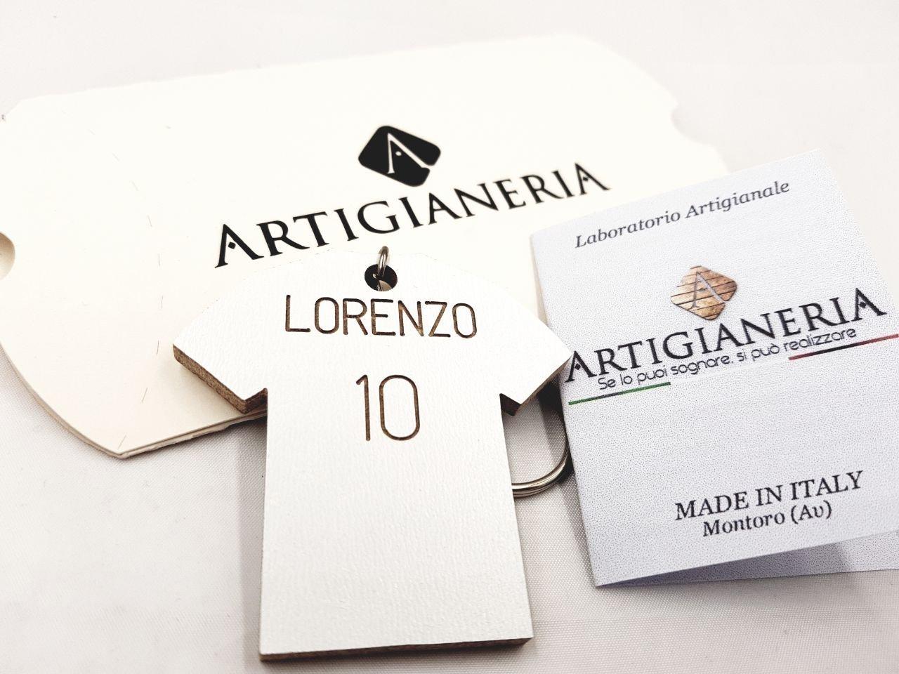ArtigianeriA - Portachiavi in legno con il proprio nome e numero a forma di T-Shirt. Realizzato a mano interamente in Italia. Idea regalo per ogni occasione.