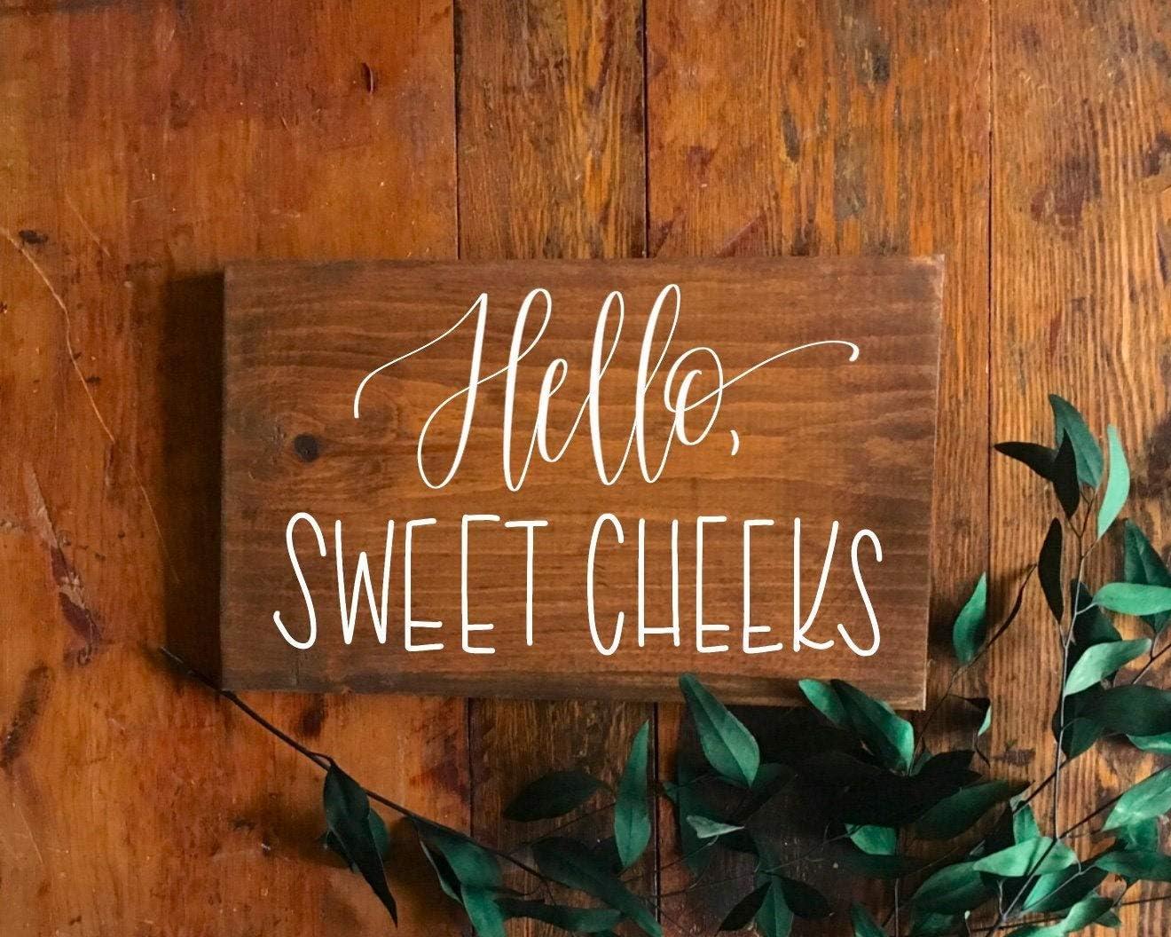 DKISEE Hello Sweet Cheeks - Cartel de madera para baño, decoración de cuarto de baño, decoración de baño de granja, decoración de baño, madera, 1 color, 9.8