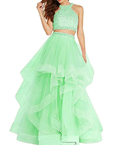 8d4d59677a Este vestido cuenta con un diseño simple y adorable. El top tiene un cuello  halter y está adornado con lentejuelas y pedrería llamativa.