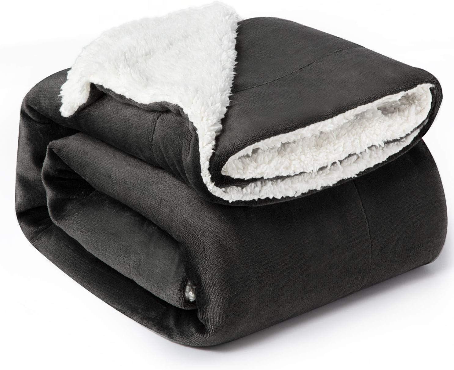 Bedsure Manta Reversible de Franela/Sherpa 150x200cm - Manta para Cama 90 de 100% Microfibra Extra Suave - Manta de Felpa Negro Ceniza