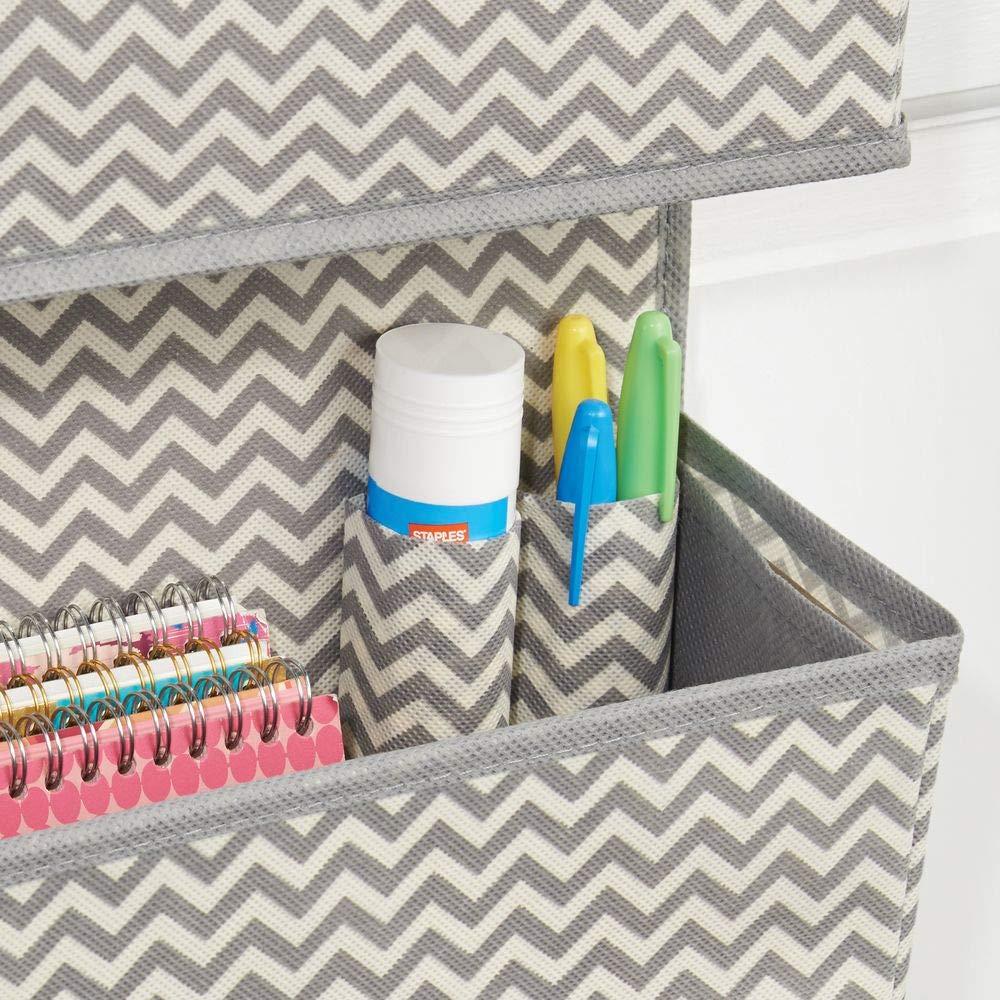 mDesign Estanteria colgante para organizar armarios - Percha para colgar ropa, accesorios y toallas - Organizador de ropa con 3 bolsillos para mantas, ...