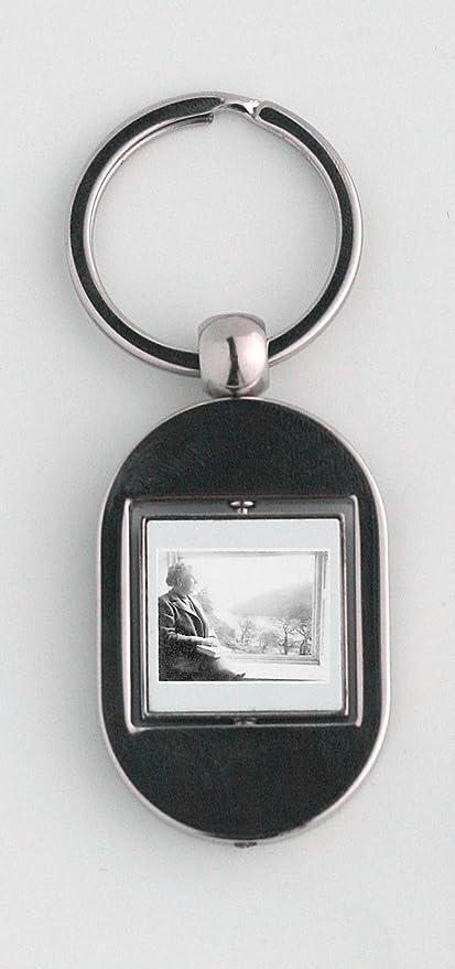 Agatha Christie sentado junto a la ventana llavero: Amazon ...