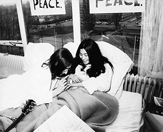 Amazon Com John Lennon And Yoko Ono During Their Bed In For Peace Photo Print 30 X 24 Posters Prints