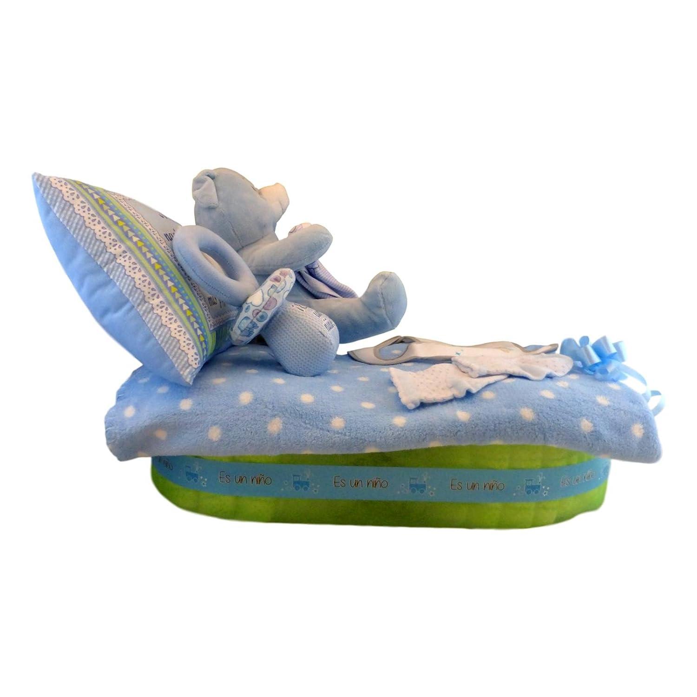 Tarta de pañales con forma de camita - cuna para niño, Muy completa: manta, almohada, sonajero, peluche, ropita para el recién nacido y muchos pañales Tiernos Momentos