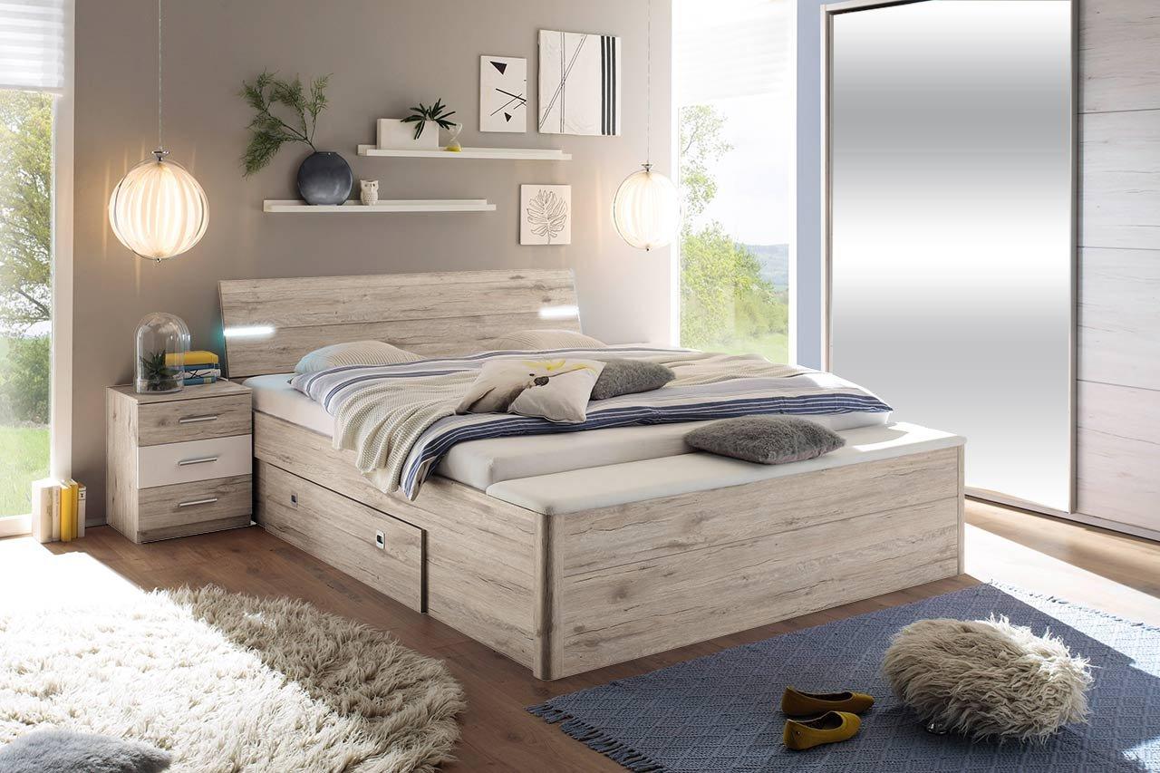 lifestyle4living Bett, Bettanlage, Schlafbett, Schlafzimmerbett, Doppelbett, 180x200, Sandeiche, weiß, Bank, Nachtschrank, Nachttisch, Schubkasten, Beleuchtung