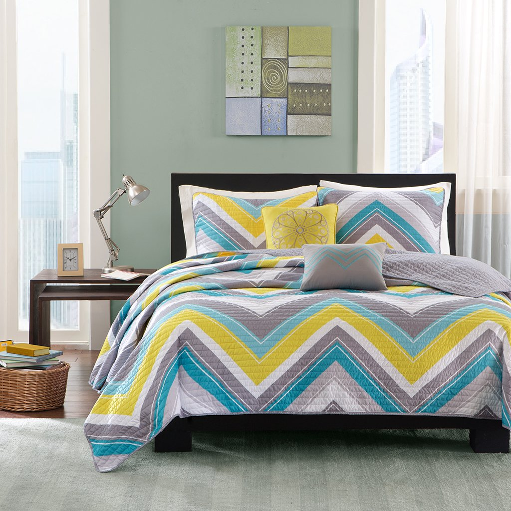 Intelligent Design Elise Twin/Twin XL Quilt Bedding Set - Blue, Yellow, Grey, Cheveron – 4 Piece Teen Girl Boy Bedding Quilt Coverlets – Peach Skin Fabric Bed Quilts Quilted Coverlet