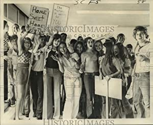 Vintage Photos 1972 Press Photo Students of Council for The Development of French Welcome Home