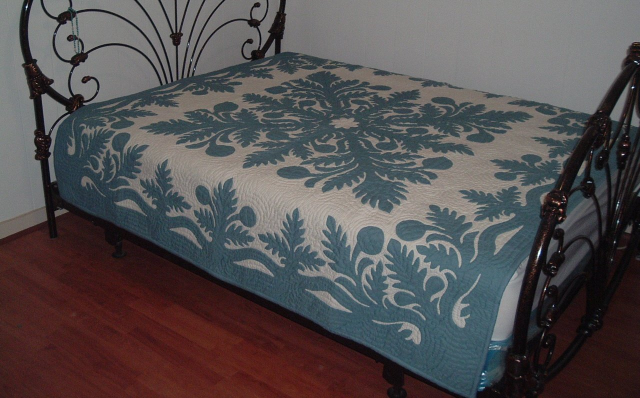 Hawaiian Quilt Bedspread King Size 110x105 w/2 pillow shams hand quilted/hand appliqued by Hawaiian Quilt Shop