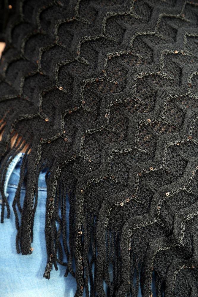 Damen Poncho mit U-Boot Ausschnitt in Dreiecksform Cape Strick Pullover Oversize Schal Winterschal Kuscheliger /Überwurf mit Fransen von der Marke MyBeautyworld24 in der Farbe weiss mit Glitzer