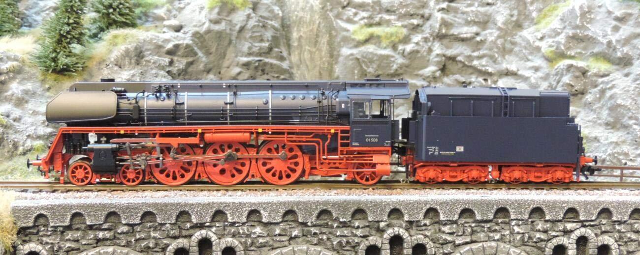 Marklin 39208 e DB BR01.5 - Locomotora de Vapor para Aceite en Plinth III