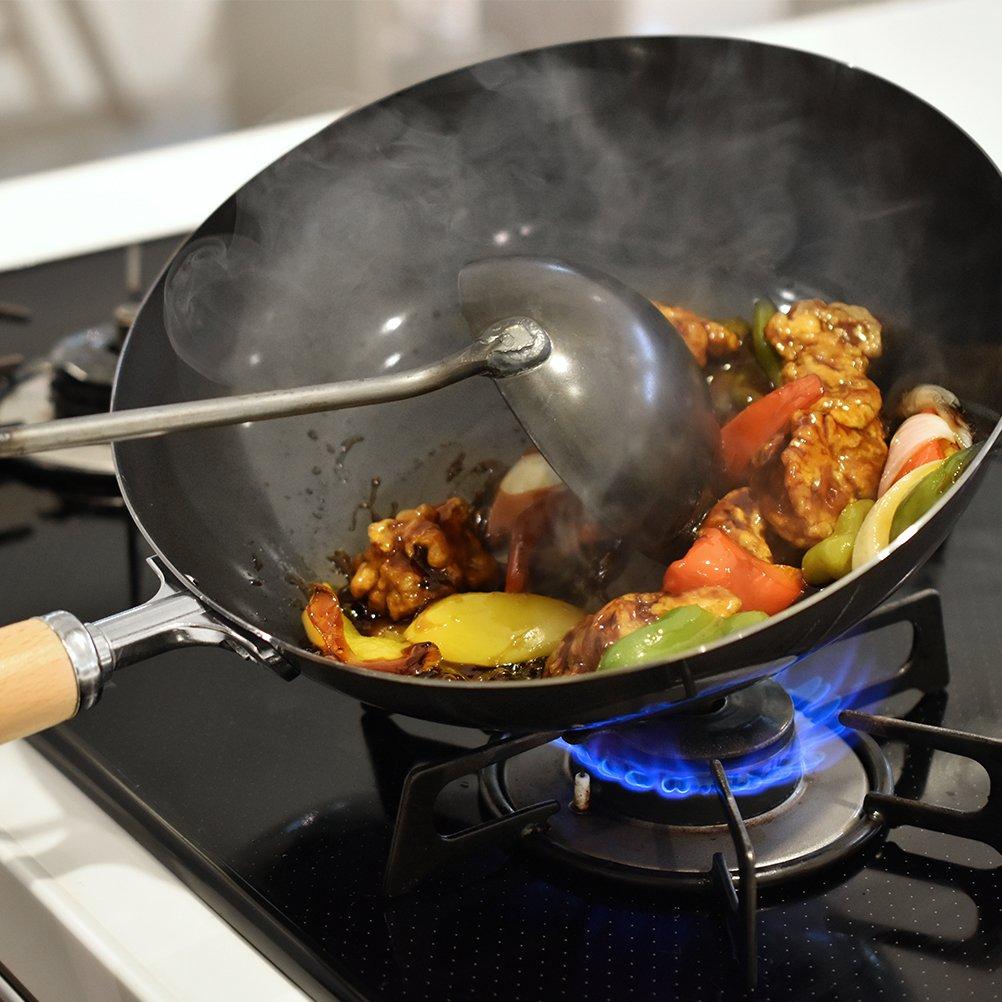 中華鍋で炒め物を作る