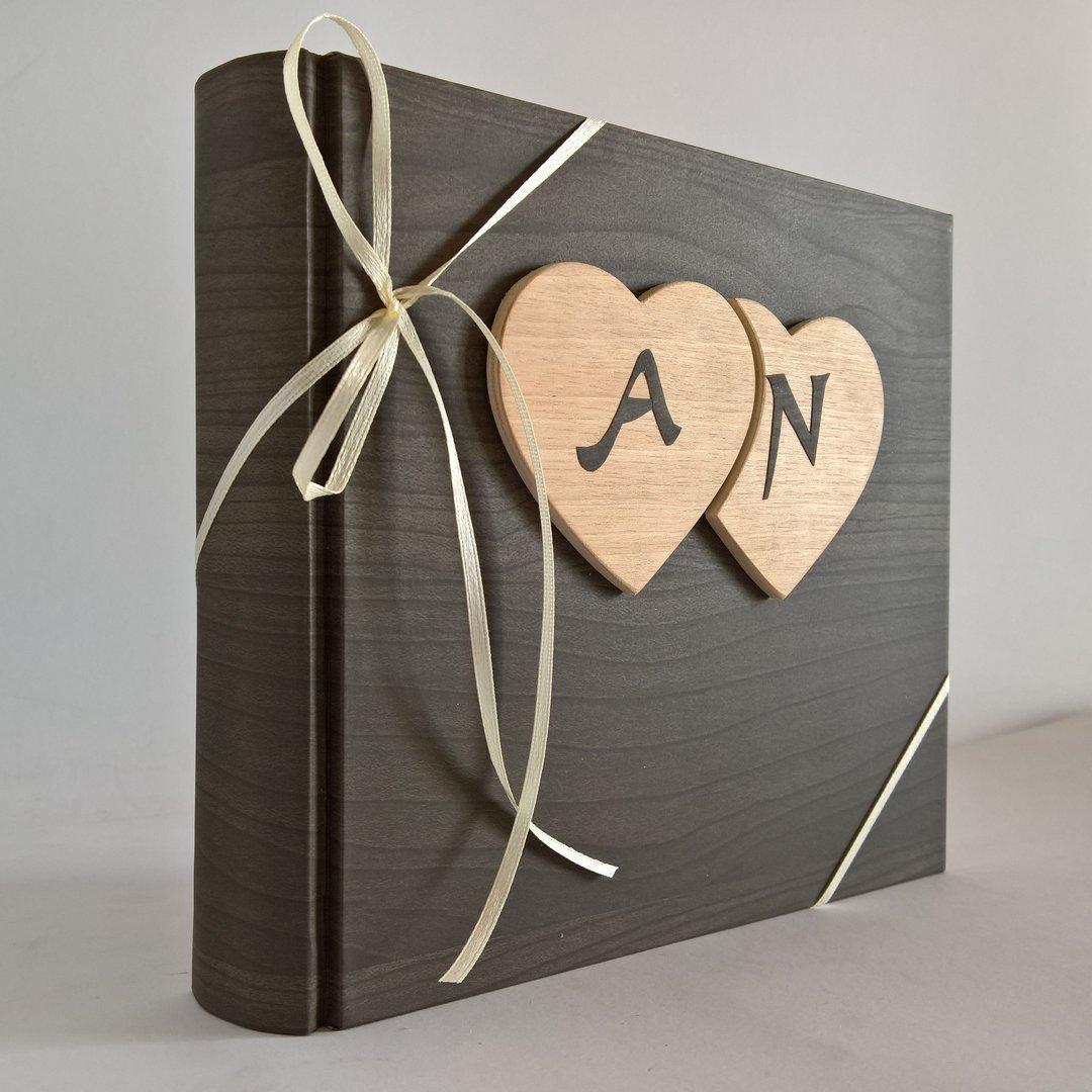 Album fotografico innamorati carta effetto legno + cuori legno e iniziali personalizzabili