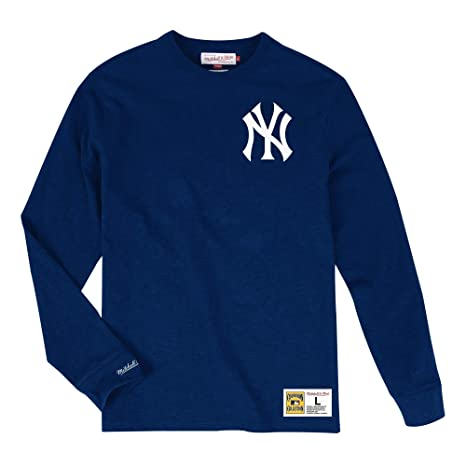 fa509843a Amazon.com   Mitchell   Ness New York Yankees MLB Men s Win Streak Long  Sleeve Shirt   Sports   Outdoors
