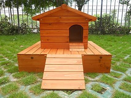 Una casa por los patos con una plataforma de madera flotante