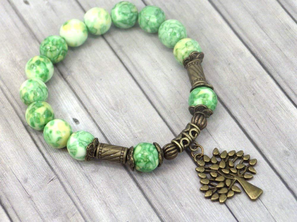 Pulsera vintage tibetana en cuentas de jade teñidas de verde y amarillo y colgante en forma de árbol de bronce antiguo