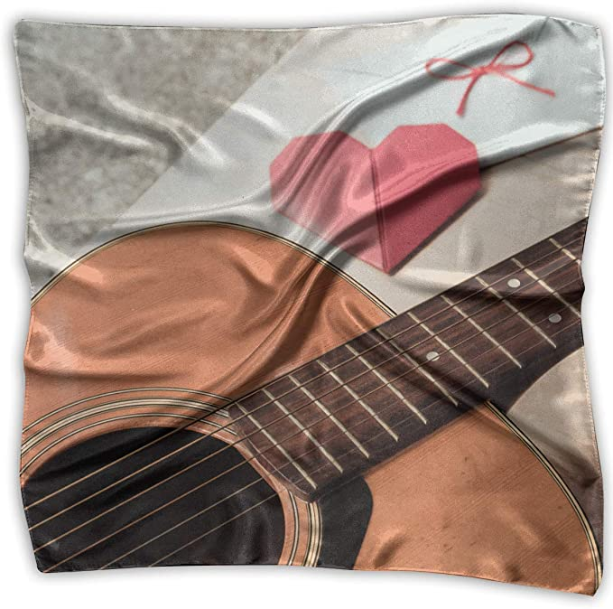 La guitarra y el corazón rojo doblan el papel con el sobre blanco ...