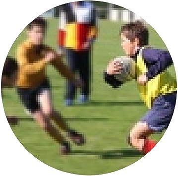alfombrilla de ratón jugador de rugby joven frente a sus oponentes ...