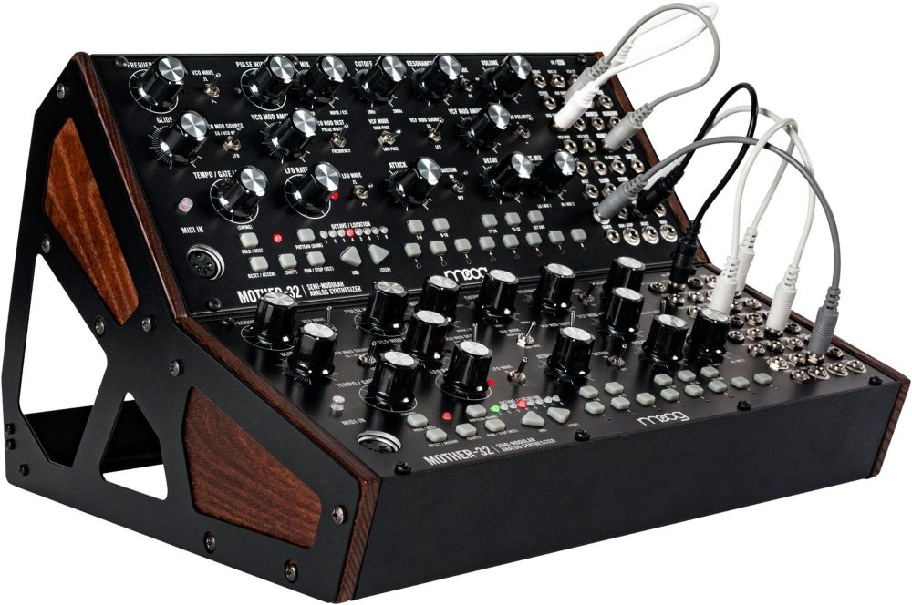 MOOG Mother 32: rack a due strumenti