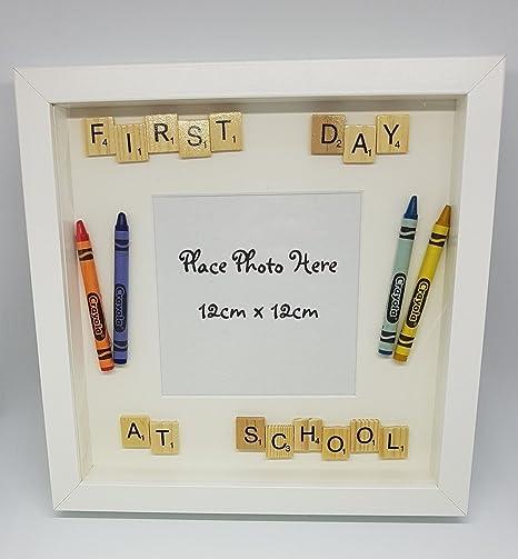 Imagen caja marco pared decoración 1st (First) día en la escuela con Crayola Crayons & Scrabble letras, insertar su propia foto: Amazon.es: Hogar