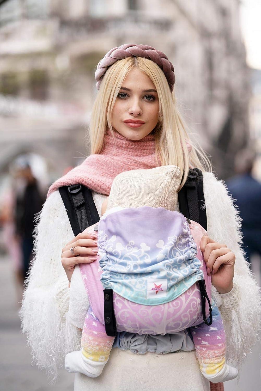 Mochila portabebés Kokadi® Flip – Marie im Wunderland – XL para recién nacidos y niños pequeños de 9 a 30 kg ✓ Ergonómica ✓ Creciente ✓ Algodón orgánico ✓ Bolsa de transporte gratis
