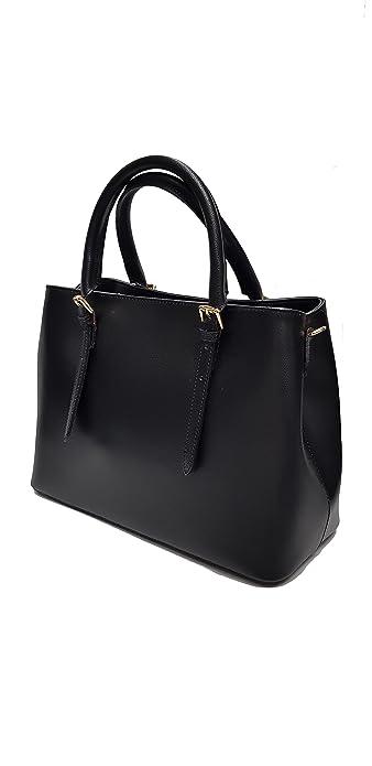 Borsa da donna di pelle nera in mano e a spalla con tracolla removibile elegante