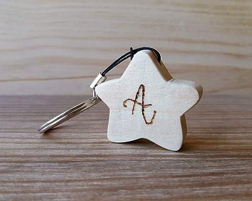 Llavero de madera de pino con forma de estrella y la letra A ...