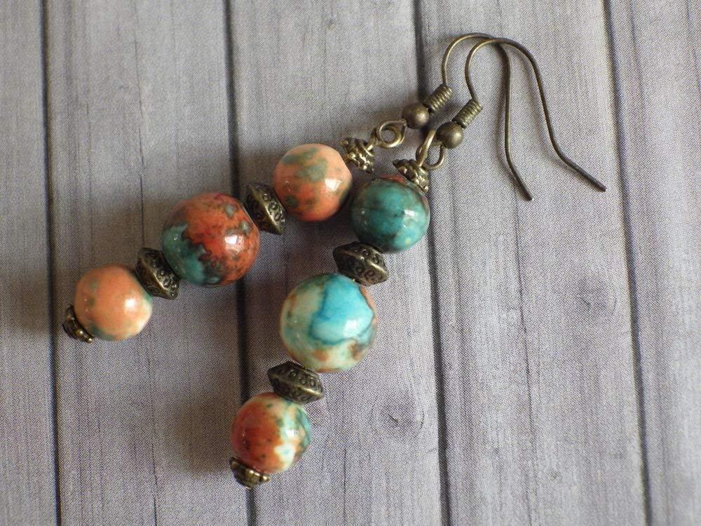 Pendientes Thurcolas en perlas jade blanco natural, teñida de color marrón, naranja y azul y cuentas tibetanas
