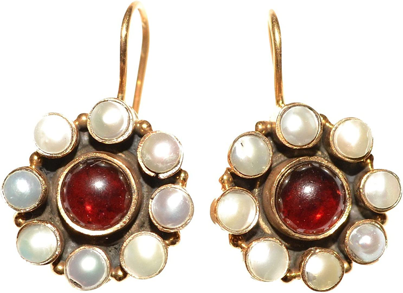 Un Clásico de Renaissance joyas: dorados pendientes con un rojo granate y pequeñas perlas de agua dulce