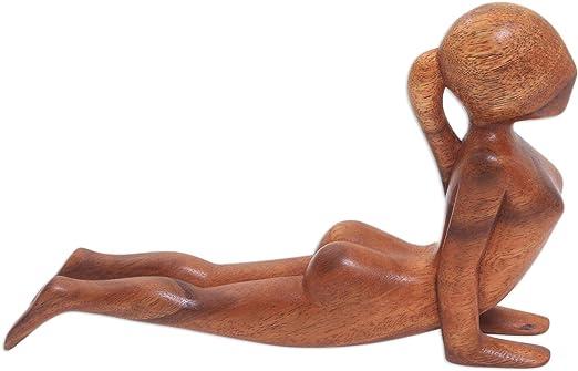 Amazon.com: Novica café Yoga escultura de madera Suar, 6.25 ...