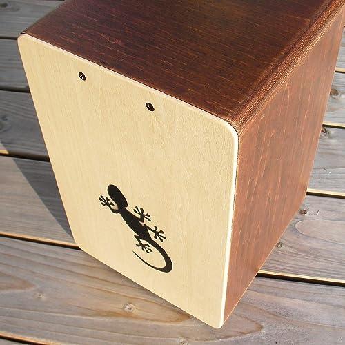 サイズは、29.5×21×15cm。表裏の2面が打面となっていて、片側には響き線がついています。小型ながら、比較的多彩なサウンドを楽しむことができます。