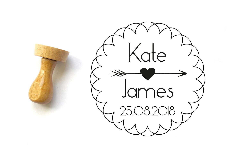 Hochzeit Stempel/Personalisierter Stempel mit Namen und Datum/Bohè me-Stil mit rosette/Pfeil und Herz/runde Form 4 cm