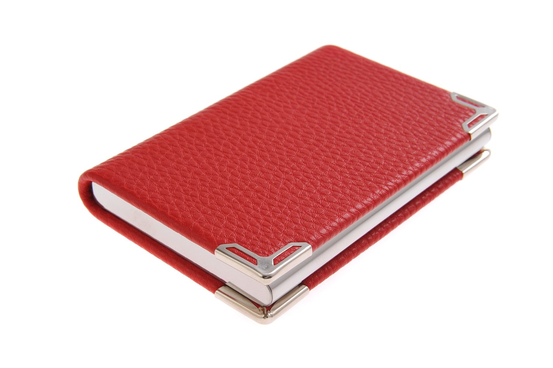 Un porte-cartes de visite fait en acier inoxydable, avec les coins renforcés avec acier inoxydable, pour 19-21 cartes de visite, couleur: rouge, Mod. 4116-02 (DE)