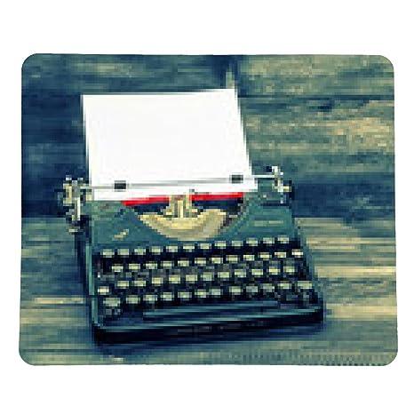 alfombrilla de ratón con la máquina de escribir antigua página de papel blanco sobre la mesa