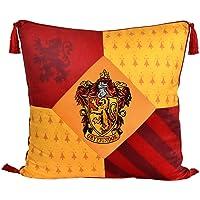Elbenwald Harry Potter kudde med tofsar i Gryffindor design med broderad vapensköldpatch i husfärger röd gul 48 x 48 cm