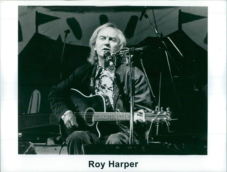 Foto Vintage de una fotografía del Cantante Roy Harper Tocando ...