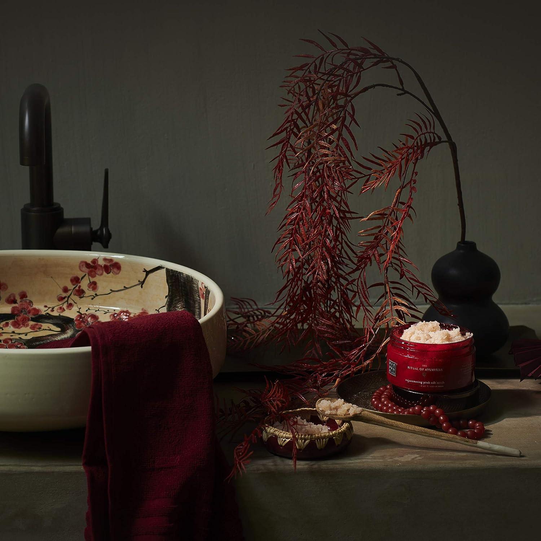 Almendras dulces El aceite de almendra dulce regula el equilibrio hídrico de la piel y deja un efecto suavizante.