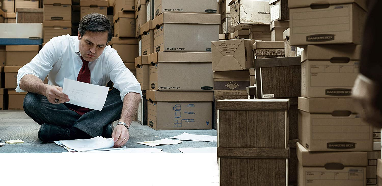 Mark Ruffalo (Robert Bilott) en train de trier des dossiers concernant l'affaire Dupont | © Les Insouciantes