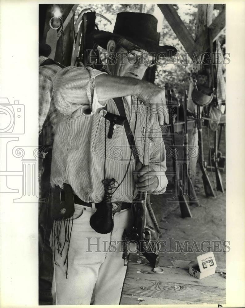 1984 Press Photo Dick Praire of Mount Shasta Long Rifles, loads his pistol