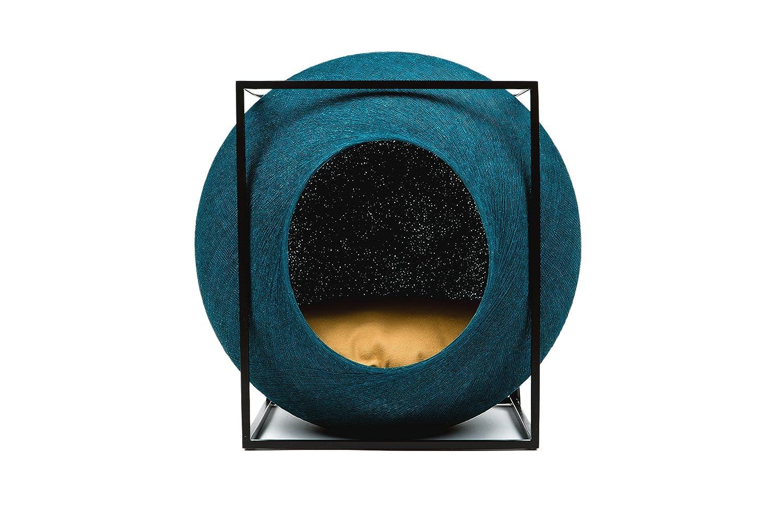 meyou Paris–Die Cube Pfau. Bett, Cozy Shelter und Klauen Kratzbaum–Pfau Cocoon/Camel Kissen/Matte Schwarz Metall Rahmen