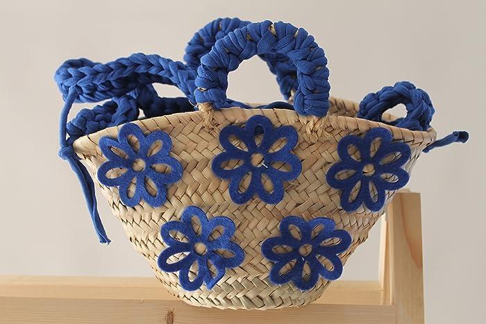 Capazo pequeño con flores de fieltro azul.