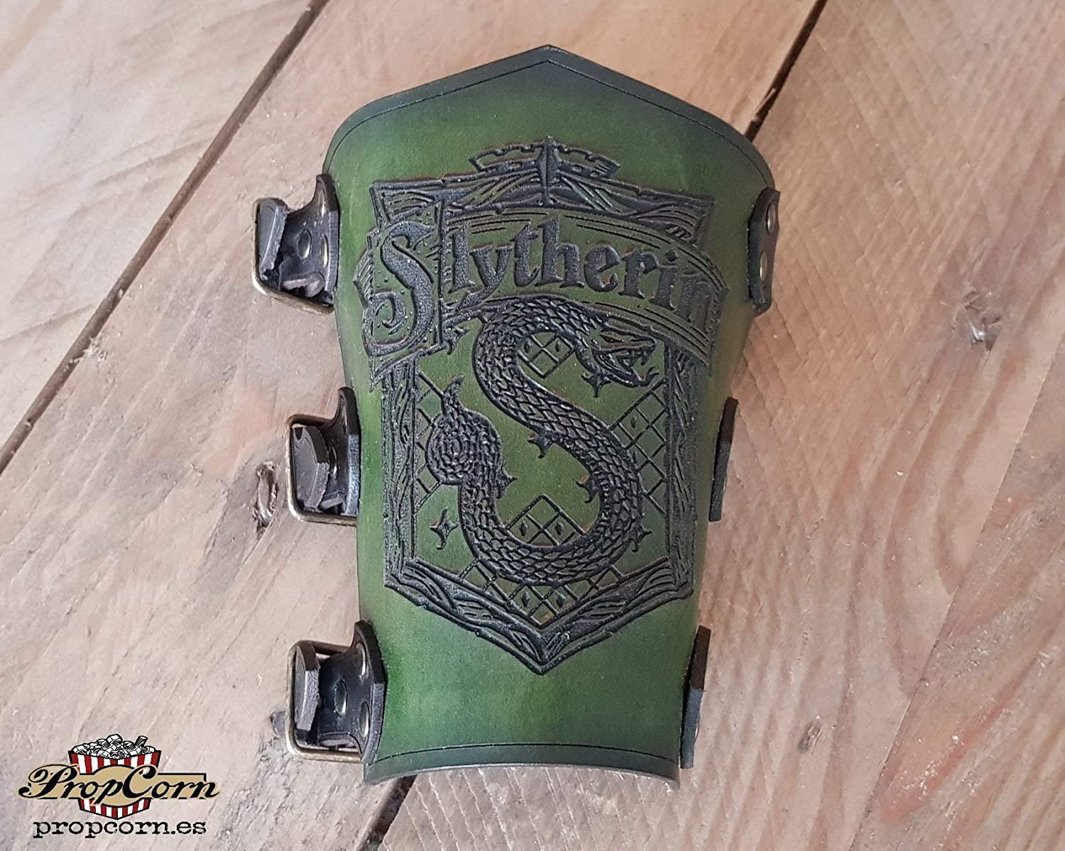 Harry Potter Slytherin Vambrace, ideal for Quidditch fans, made of high quality leather and with cinematografic look.