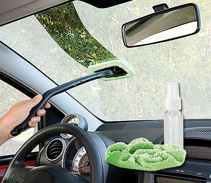 Autoscheibe von innen putzen