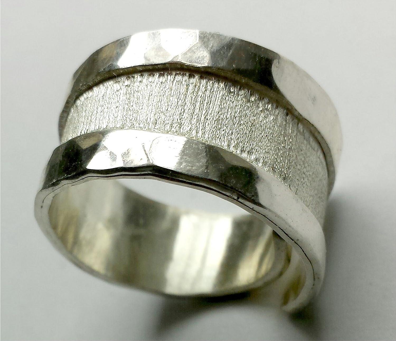 Anello in argento (aperto) con bordi spessi, martellato, e testo personalizzato